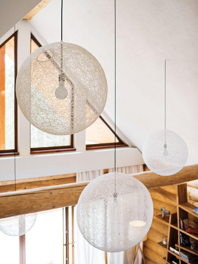 """Efektné zavesenie svietidiel vo vysokom priestore chcelo čas aj guráž. Vešali sa zmobilného lešenia aich umiestnenie zabralo celý deň. """"Iný je totiž 3D model ainá realizácia – polohu niektorých svietidiel napríklad určili už hotové vývody, ostatné sme museli prispôsobiť tak, aby vytvorili vhodnú kompozíciu,"""" spomínajú architekti. Kvalitné LED žiarovky vydržia niekoľko rokov, takže sa nebudú musieť tak skoro meniť."""