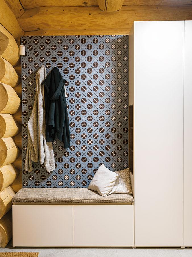 Vytapetovaná stena vpredsieni je, podobne ako mnohé ďalšie, vskutočnosti samonosnou predstenou. Až za ňou je zrubová konštrukcia, ktorá sa tak môže samostatne pohybovať.