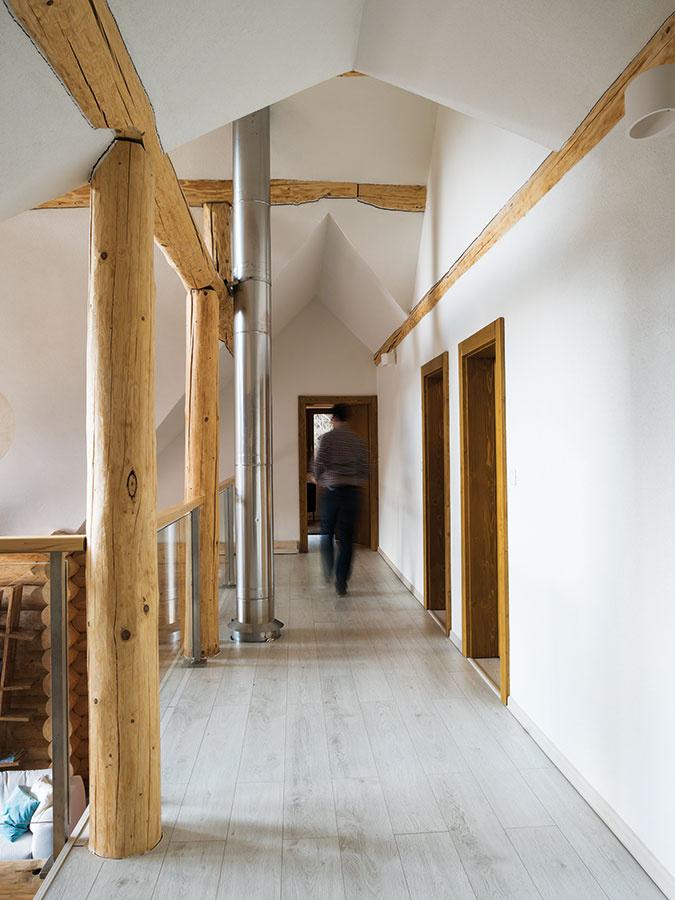 Zgalérie otvorenej do vysokého priestoru obývačky sa vstupuje do druhej spálne adetských izieb na poschodí.