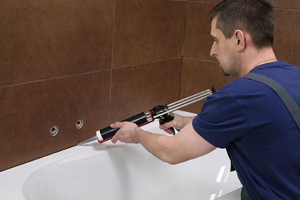 Škáry v rohoch stien, prechodoch medzi stenou a podlahou a okolo sanitárnej keramiky vyplňte sanitárnym silikónom Ceresit CS 25 MicroProtect. Odtieň tmelu môžete dokonale zladiť so škárovacou hmotou, paleta farieb pre oba výrobky je úplne identická.