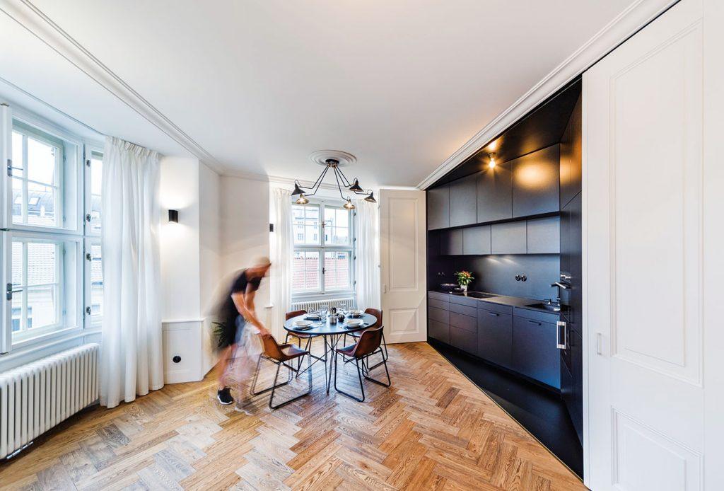 Citlivá rekonštrukcia bytu vkusne prepojila prvky minulosti s moderným minimalizmom
