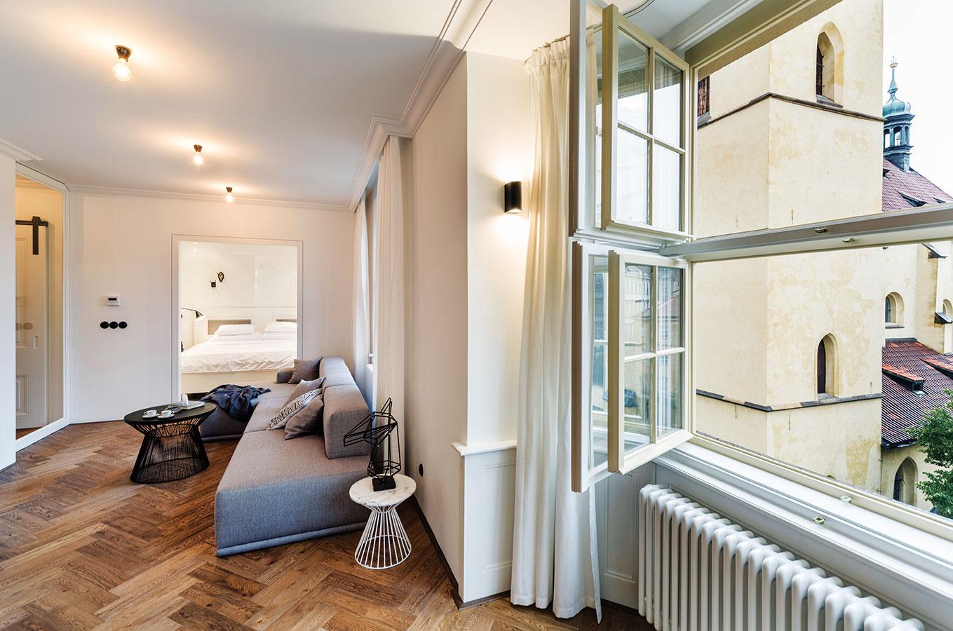 Takmer všetky zariaďovacie prvky vinteriéri sa podľa návrhov architektov nechali vyrobiť na mieru. Výnimkou nie je ani svetlosivá rohová sedačka vobývacej časti.