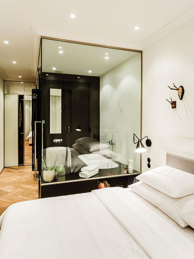 Pri návrhu kúpeľne sa architekti inšpirovali obľúbeným hotelovým riešením, vrámci ktorého je vaňa priamou súčasťou spálne. Slúži ako malé domáce wellness vprípade, že chce majiteľ načerpať nové sily.