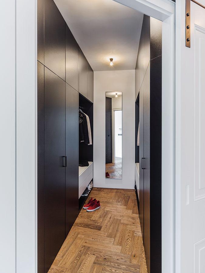 Priestrannému walk-in šatníku sveľkým množstvom ukladacích priestorov sekunduje ešte jeden menší, cez ktorý sa vchádza k sprchovému kútu.