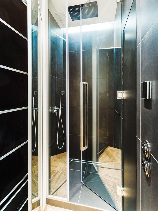Sprchový kút sa nachádza mimo zasklenej kocky, vktorej je umiestnená vaňa asamostatne stojace umývadlo.