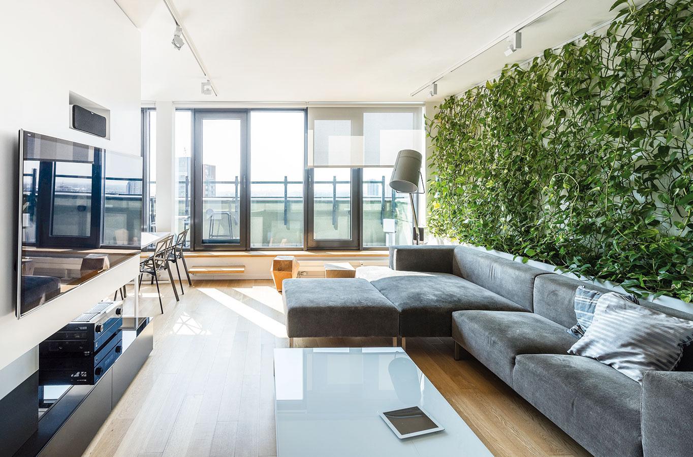 Živá stena vnesie aj do moderne zariadenej obývacej izby atmosféru prírody. Ak sa rozhodnete pre hydroponické pestovanie, podobne ako architekti zateliéru RULES pri návrhu tohto mezonetu, nebude vyžadovať takmer nijakú starostlivosť. (www.rules.sk)