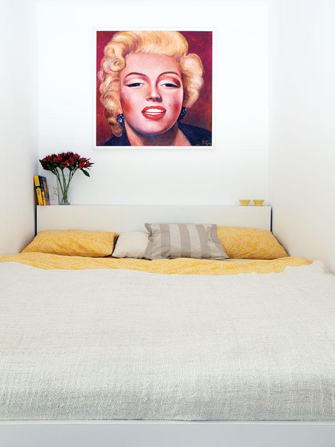 Minimálna spálňa. Zo zbytočne veľkej miestnosti sa scvrkla na niku na posteľ aveľkú vstavanú šatníkovú skriňu – nič menej, ale ani nič viac, než potrebuje mladý pár.