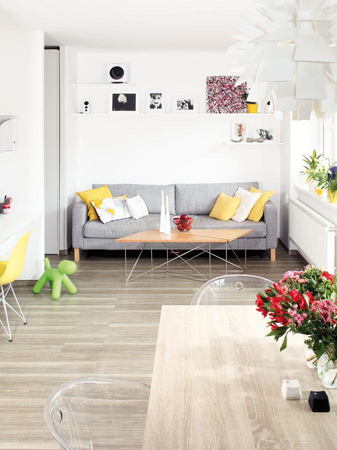 Obývačka je na konci obytného priestoru. Jej zariadenie tvorí  sivá rozkladacia sedačka doplnená dvoma originálnymi príručnými stolíkmi, ktoré možno zložiť do rôznych tvarov.
