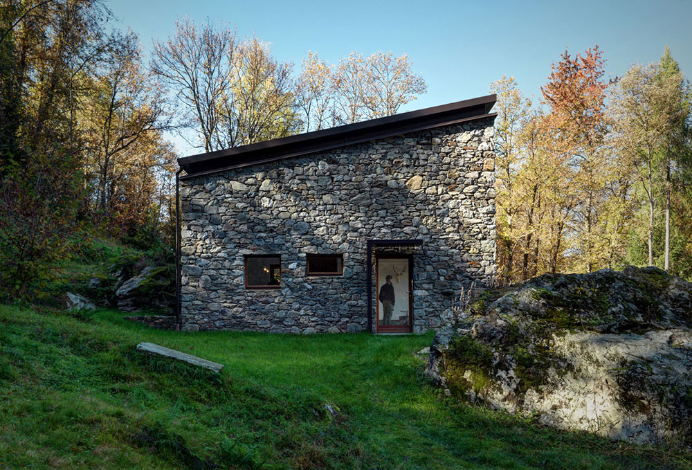 Z ruiny v horách vytvoril architekt nádherný presvetlený dom s rustikálnou atmosférou