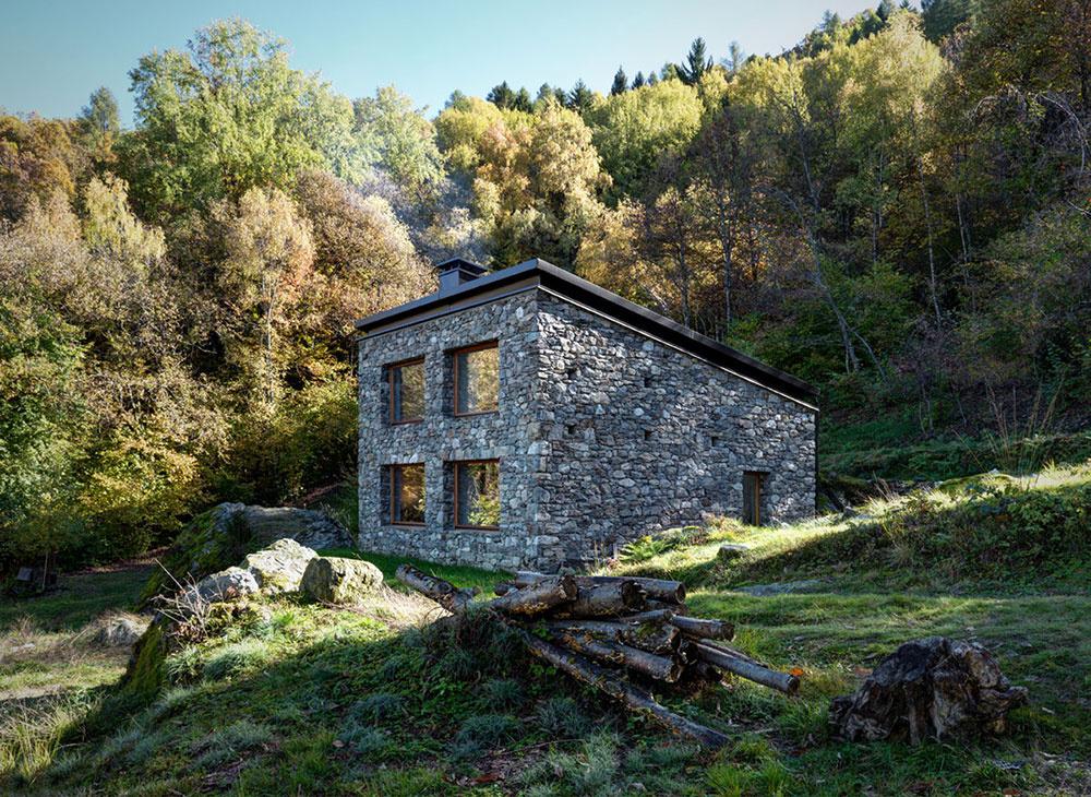 Z ruiny v horách vznikol nádherný presvetlený dom s rustikálnou atmosférou