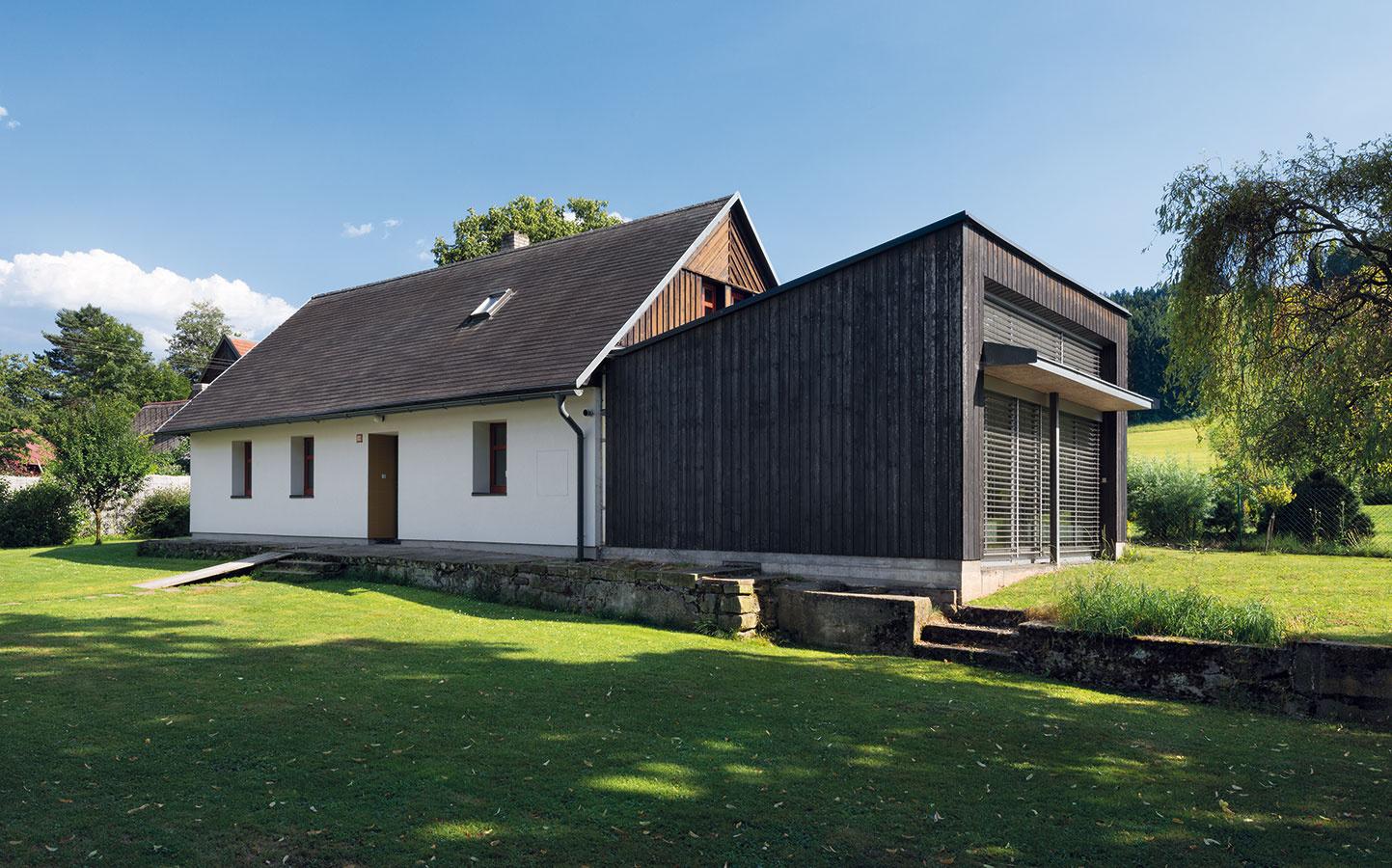 Architekt nechcel ani imitáciu, čo sa tvári staro, ani luxusnú a namyslenú prístavbu. Výsledkom je moderná, ale příjemná prístavba.