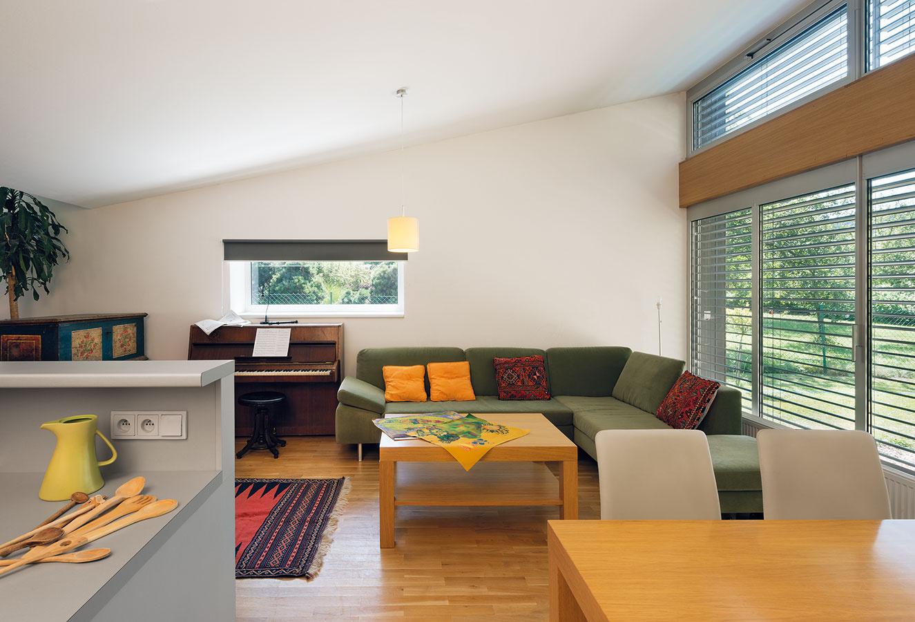 Interiér kombinuje striedmy moderný nábytok s niekoľkými artefaktami z minulosti.