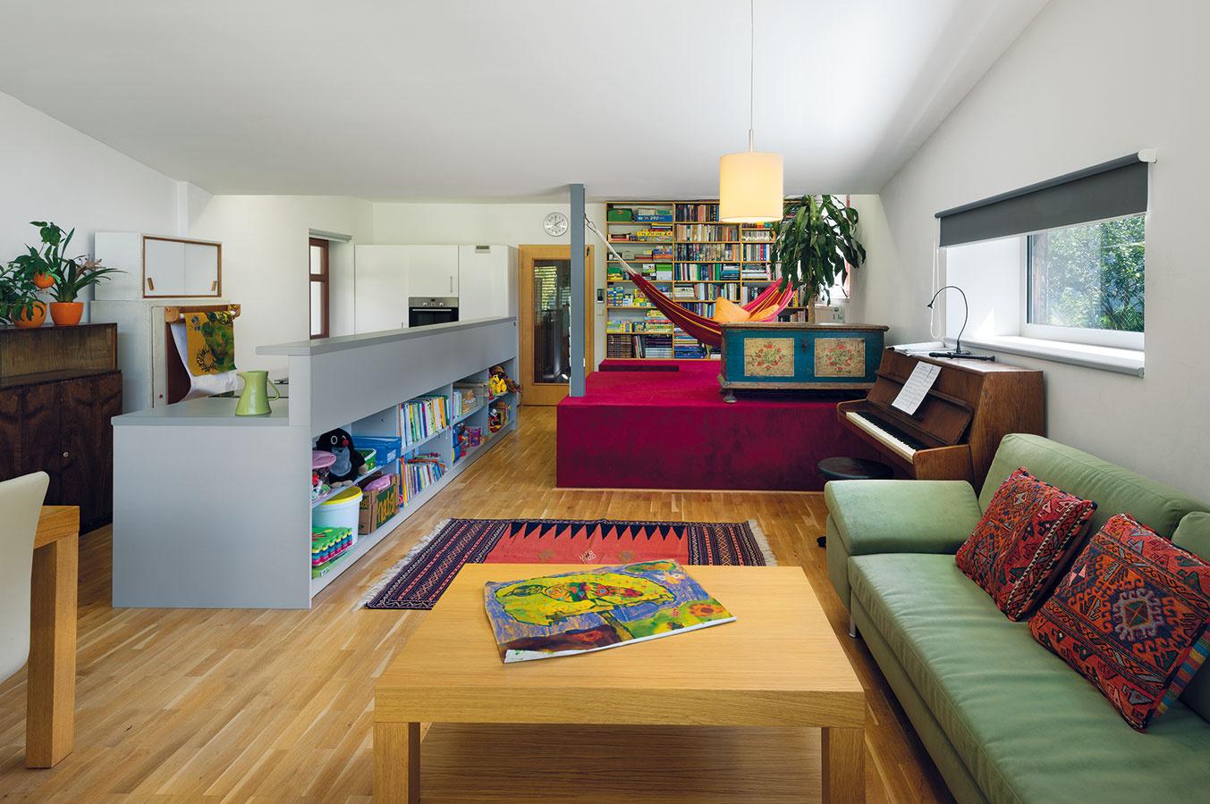 Pozdĺžna kuchynská linka zo sivého laminátu dáva priestoru rád, poriadok, ale necháva aj veľa miesta na odpočinkovú i pracovnú zónu.