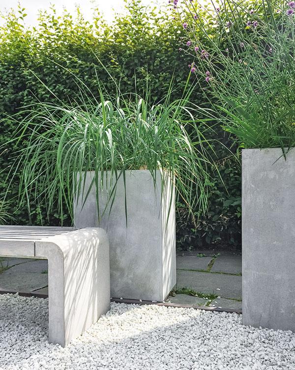Ak nemáte záhradu alebo je len menšia, môžete okrasné trávy pestovať na balkóne alebo terase. Ponuka týchto nenáročných rastlín je vtomto období naozaj bohatá, pričom jeseň je vhodná aj na ich výsadbu. Mnohým druhom sa bude dobre dariť aj vdostatočne veľkých nádobách, vmenších by im priveľmi presychal koreňový bal. Na výsadbu postačí použiť bežný záhradnícky substrát. Na dne nádoby nesmie chýbať otvor na odtok zálievkovej vody apoužiť môžete aj keramzit – trávy totiž neznesú hromadenie vlhkosti pri koreňoch. Zvyšších druhov je na takéto pestovanie vhodná ozdobnica čínska (Miscanthus sinensis), znižších perovec, imperáta, kostrava alebo niektorý druh ostrice (Carex). Trávami môžete nahradiť aj prázdne miesta po odkvitnutých letničkách.