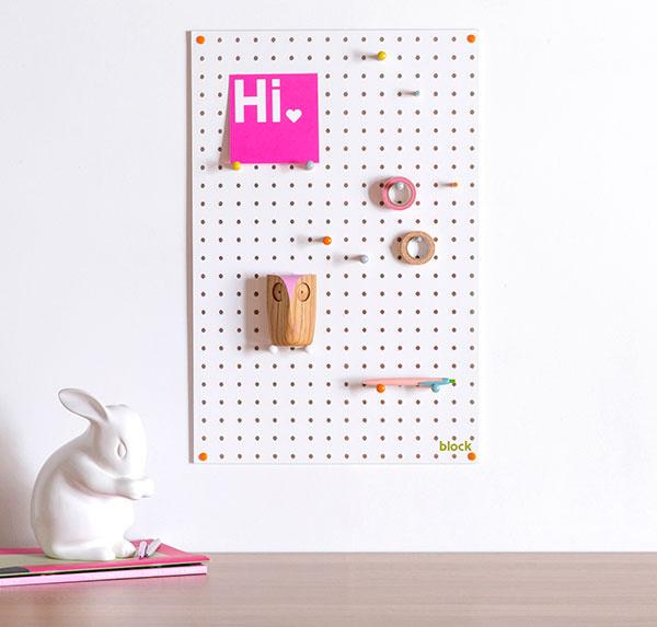 Nástenky z kombinácie kolíkov a dierok hravým spôsobom doplnia stenu pracovného stola. Širokú ponuku nájdete na www.bonami.sk.