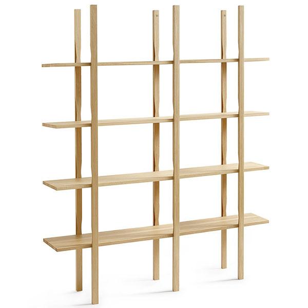 Knižnica medzi dvomi stolmi je praktický a funkčný medziprvok. Policová zostava The Wooden Shelf od značky Hay je dostupná na www.nest.co.uk.