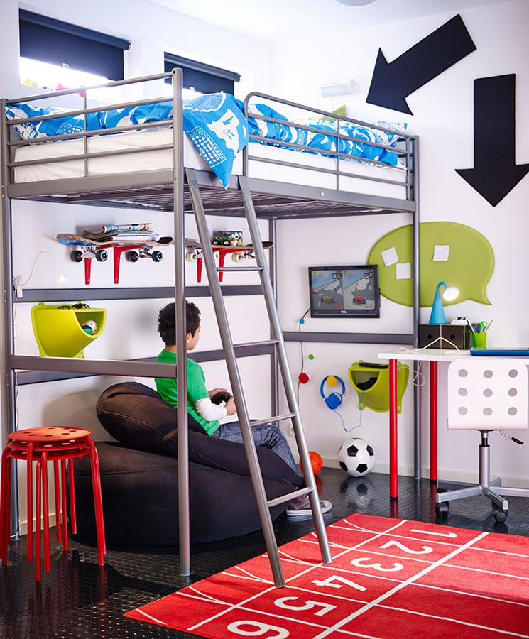 Poschodová posteľ SVÄRTA, ktorú tvorí jednoduchý rám a spodok ostal prázdny, je vhodná na vytvorenie pracovno-spacieho kúta a spodok možno využiť na hry.