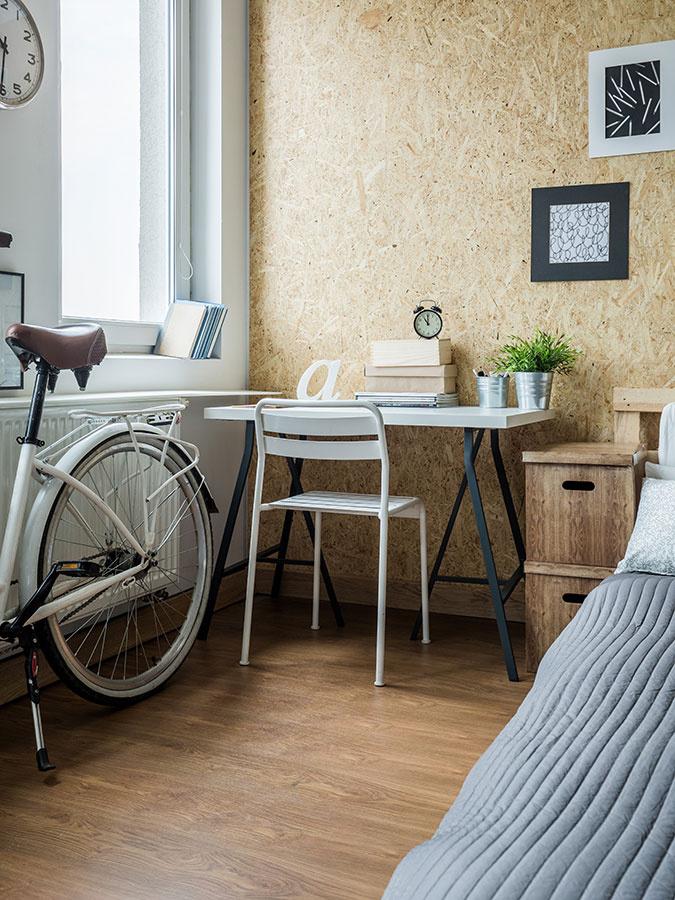 Drevené steny nemusia predznamenávať drevenice. Silným trendom v bývaní sú obklady z preglejky alebo OSB dosky, ktoré v detskej izbe poslúžia ako nástenky.