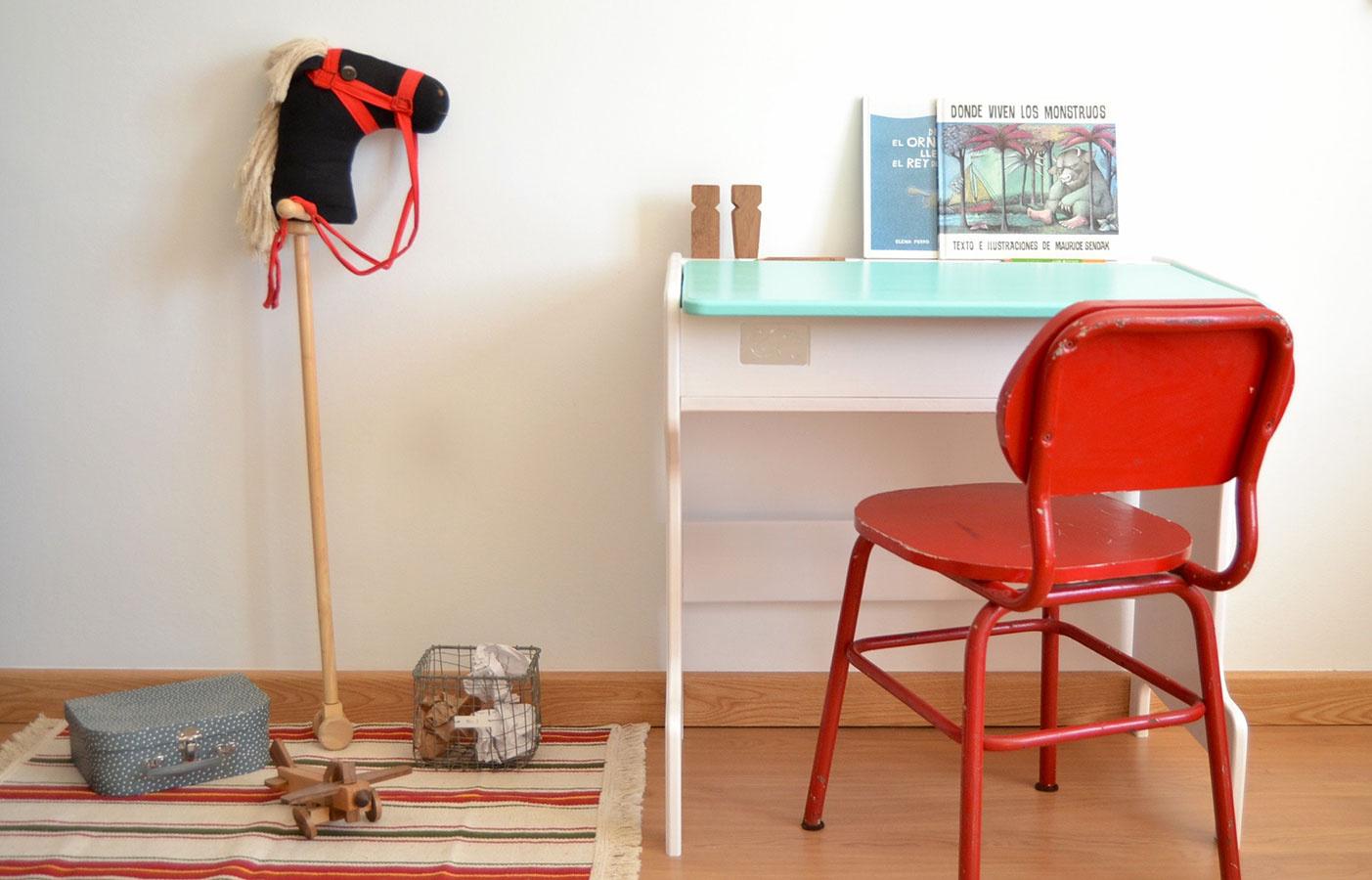 Jednoduché a pevné zariadenie s oblými rohmi je pri zariaďovaní pracoviska pre najmenších najpodstatnejšie. Stolík Wooden Desk je dostupný na www.macarenabilbao.com.