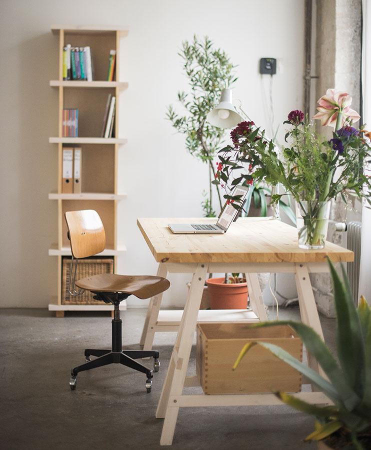 Vkusné tínedžerské pracoviská sa v mnohom približujú zariadeniu zvyšku bytu. Kombinácia bielej farby a dreva je vhodná predovšetkým pre dievčatá, čierne detaily indukujú skôr chlapčenský štýl. Stôl Stemke od značky Ekomia je dostupný na www.bonami.sk.