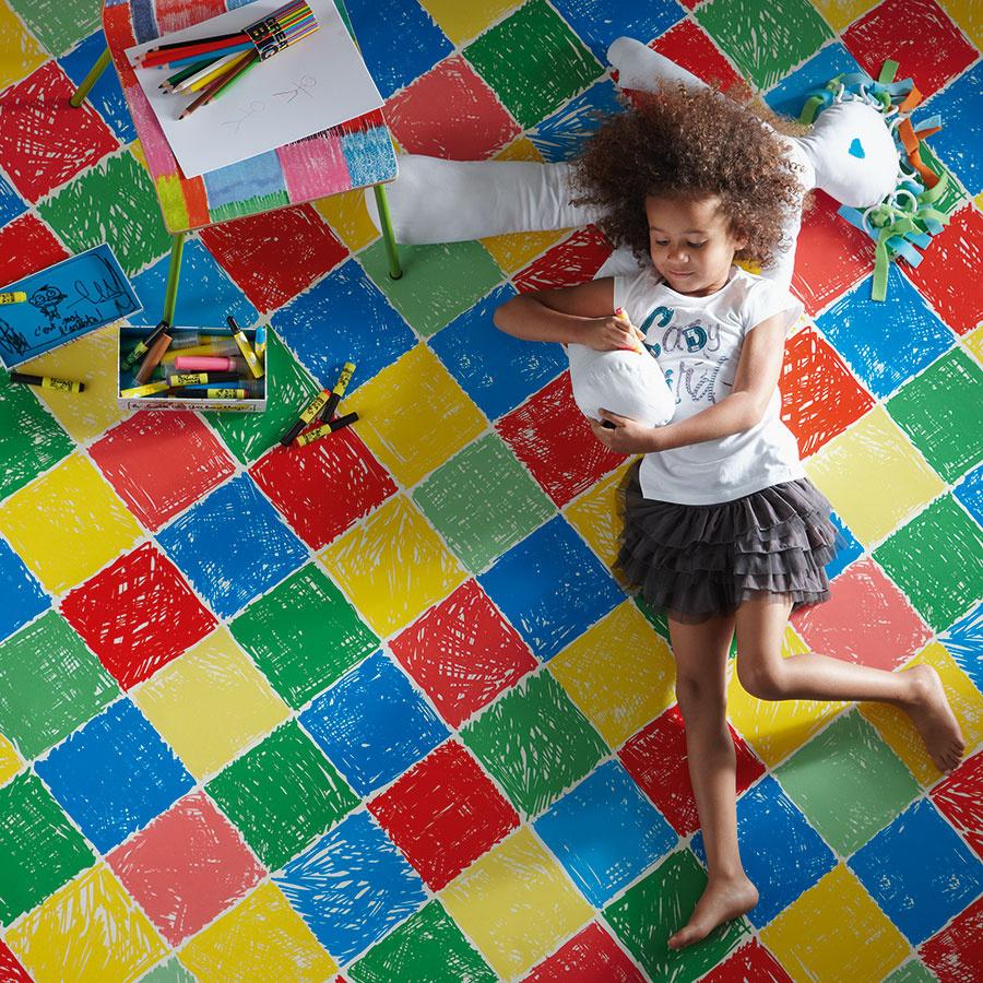 V detskej izbe zohráva dôležitú úlohu nielen dizajn, ale aj funkcia. Podlaha by mala byť ľahko umývateľná a pocitovo príjemná, keďže deti sa na nej budú hrať. Preto sem odporúčame najmä hrubšie, a tým aj mäkšie vinylové podlahy, ktoré sú pre deti príjemné aj naboso alebo keď lozia štvornožky.