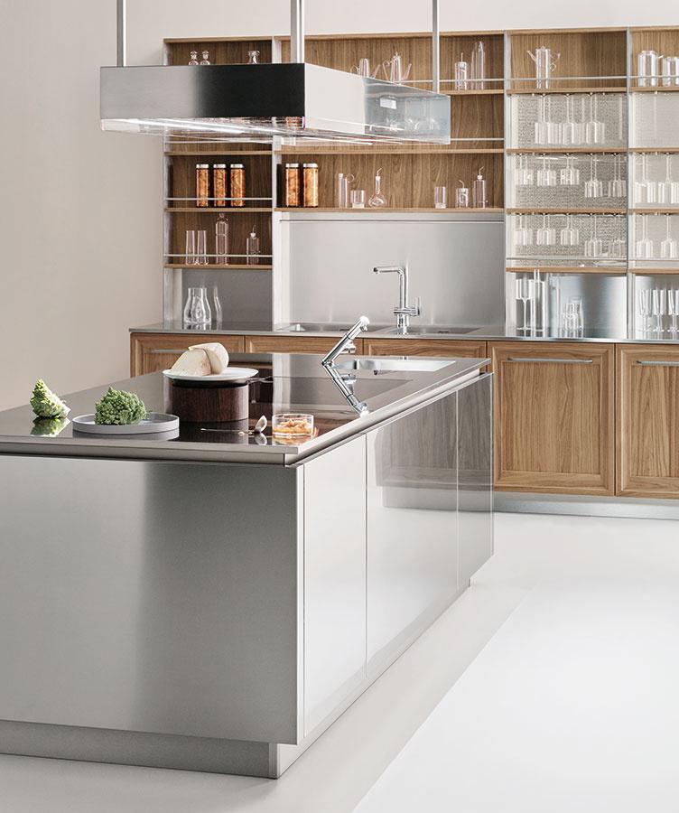 Nehrdzavejúca oceľ ako hlavný materiál stvárnenia kuchynských dvierok i dosky? Prečo nie! Takéto riešenie nemusí byť len záležitosťou gastronomických prevádzok. Chladný pocit kovu zjemníte kombináciou s drevom alebo dreveným dekorom.