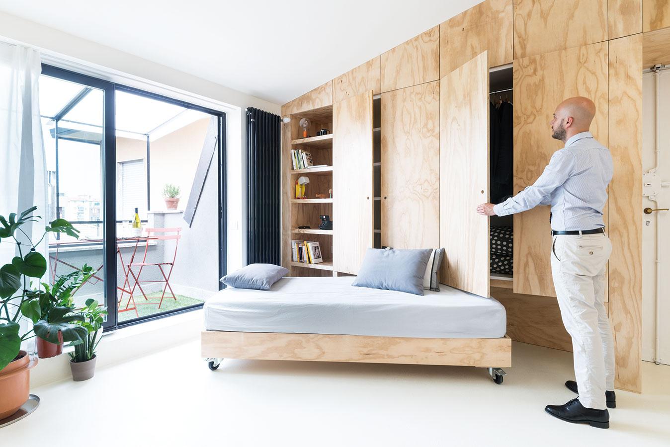 Vysúvacie jednolôžko na kolieskach plní vpriestore funkciu sedačky avýborne poslúži aj ako posteľ pre hostí.