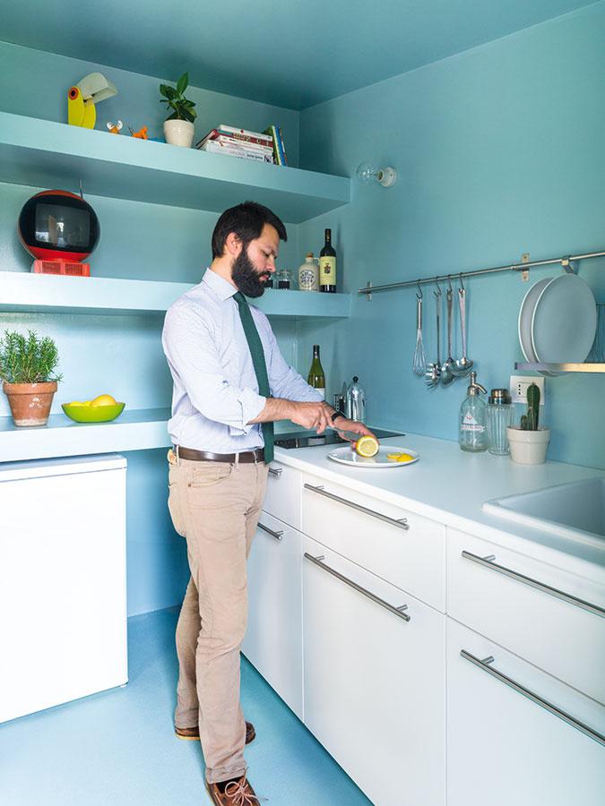 Aby kuchyňa pôsobila odľahčene, nahradili architekti horné skrinky vymurovanými policami ajednoduchým závesným systémom.