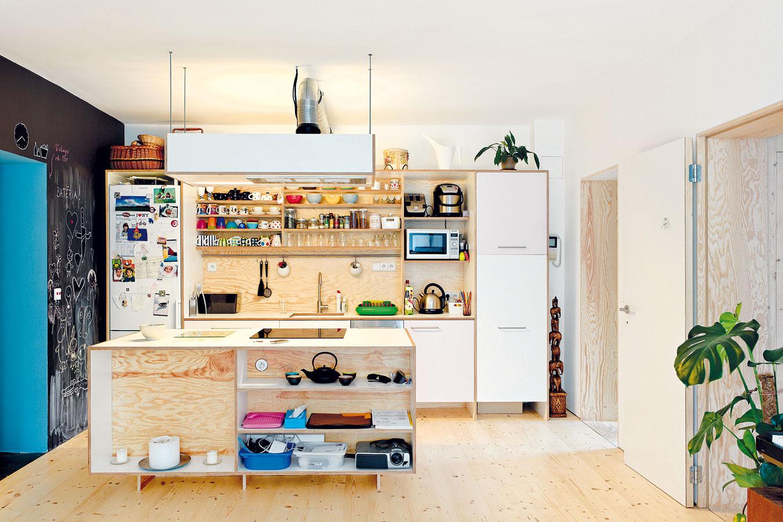 Inovatívne prepájanie. Jadro kuchynskej linky vbyte architekta Petra Jurkoviča, teda korpusy, zásuvky advierka, pochádza zIkey, zvyšné časti – pracovná doska, police abočné steny – sú zo surovej preglejky.