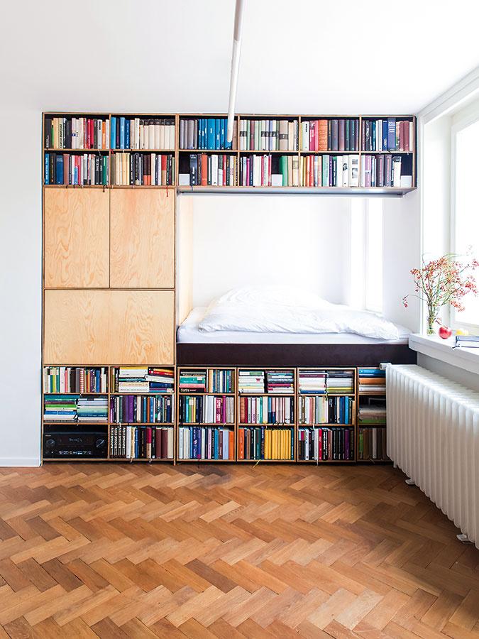 Dômyselná knižnica. Byt svýmerou len 32,5 m2, vktorom mali nájsť domov stovky majiteľových kníh, zaodela architektka Markéta Zdebská zo štúdia BY architects do mimoriadne šikovného úložného systému – knižnice, ktorej súčasťou je aj vyvýšené dvojlôžko askrytý pracovný kútik. Police na knihy pod posteľou možno jednoducho vysunú