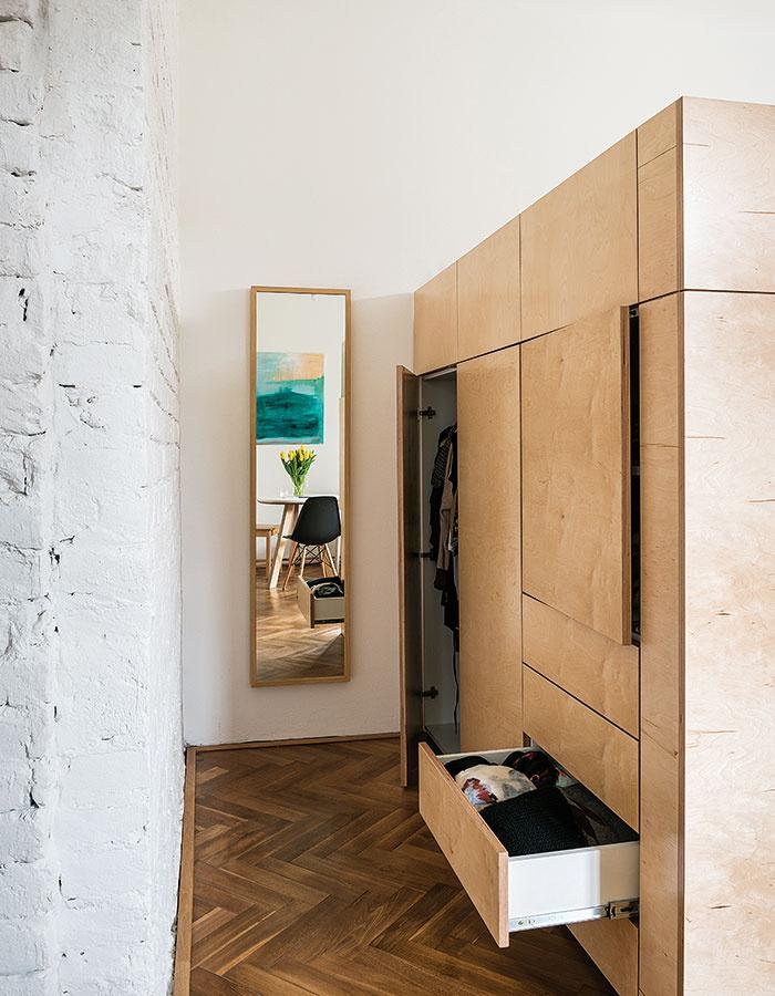 Čarovanie scentimetrami. Vstavaný preglejkový kubus vbyte architektov NOØ je ďalšou peknou ukážkou toho, ako možno vyťažiť maximum aj zmalého priestoru. Slúži ako vyvýšená posteľ, šatník aj obývačková stena. Za závesom pod posteľou sa navyše ukrýva veľkorysý sklad.