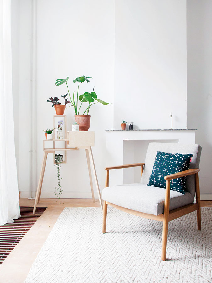 Jemný pôvab. Holandské štúdio Siebring & Zoetmulder, za ktorým stoja dizajnérky Lianne Siebring a Elise Zoetmulder, sa vo svojej tvorbe zameriava aj na návrhy nábytkových prvkov z preglejky. Ich jemne pôsobiaci stolík The Table Cabinet sa môže zaraz premeniť na štýlový stojan na kvety.