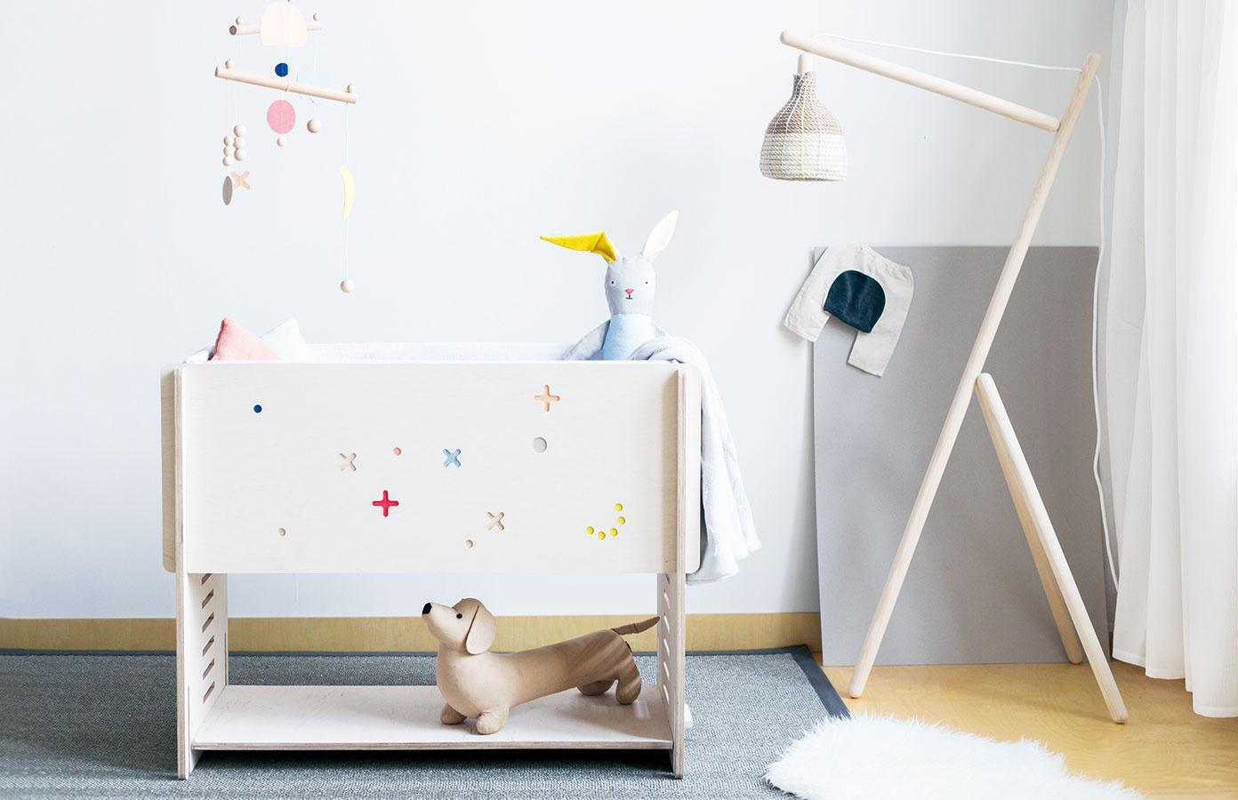 Spoločník na detské časy. Multifunkčný KUKO zbrezovej preglejky je nový prírastok vkolekcii nábytku slovenskej značky Villo Design – možno zneho vyskladať kolísku alebo detskú postieľku srozmermi 90 × 40 cm, ktorá sa dá pripojiť kmanželskej posteli. Keď dieťa odrastie, poslúži ako stolík, lavička alebo malá knižnica. Objednávajte na www.villo.in.
