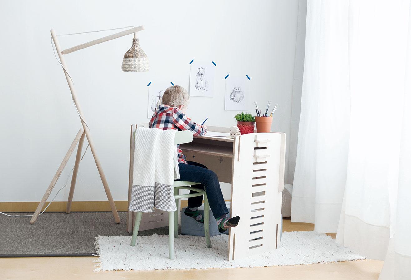 Spoločník na detské časy. Multifunkčný KUKO z brezovej preglejky je nový prírastok v kolekcii nábytku slovenskej značky Villo Design – možno z neho vyskladať kolísku alebo detskú postieľku s rozmermi 90 × 40 cm, ktorá sa dá pripojiť k manželskej posteli. Keď dieťa odrastie, poslúži ako stolík, lavička alebo malá knižnica. Objednávajte na www.villo.in.
