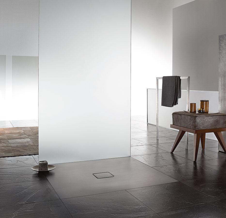 Zapustená do úrovne podlahy je sprchovacia vanička zo smaltovanej ocele Kaldewei Conoflat s väčšími rozmermi (90 × 120 cm), dômyselne riešeným odtokom a bezpečnou protišmykovou úpravou. Vaničku možno farebne zladiť s okolitou dlažbou, čím docielite harmonický celok.