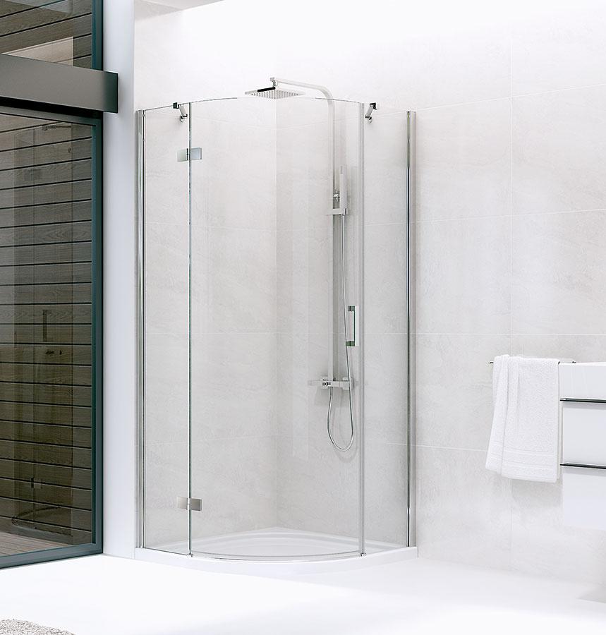 Štvrťkruhový sprchovací kút Deep značky Lotosan je priestranný vďaka rozmerom 90 × 90 cm. Dvojkrídlové dvere sa otvárajú smerom von a majú magnetické dovieranie. Celá kolekcia je charakteristická symetrickými pravouhlými tvarmi a kvalitným chrómovým vyhotovením. Predáva www.lotosan.sk.
