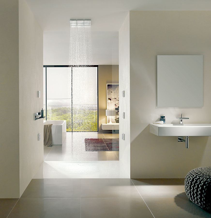 Sprcha vstene spriechodom je inteligentná anadčasová. Ideálne ju dotvára bezbariérová smaltovaná vanička od Bette vyrobená zocele a zušľachtená titánom. Predáva www.domosskupelne.sk.