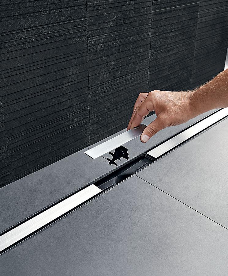 Sprchové žľaby sú vhodné tam, kde vaničku nahrádza dlažba. Sprchový žľab Geberit CleanLine sa montuje jednoducho, pričom sa dá umiestniť do stredu sprchy alebo k stene. Praktické majiteľky ocenia jeho maximálne jednoduché čistenie.