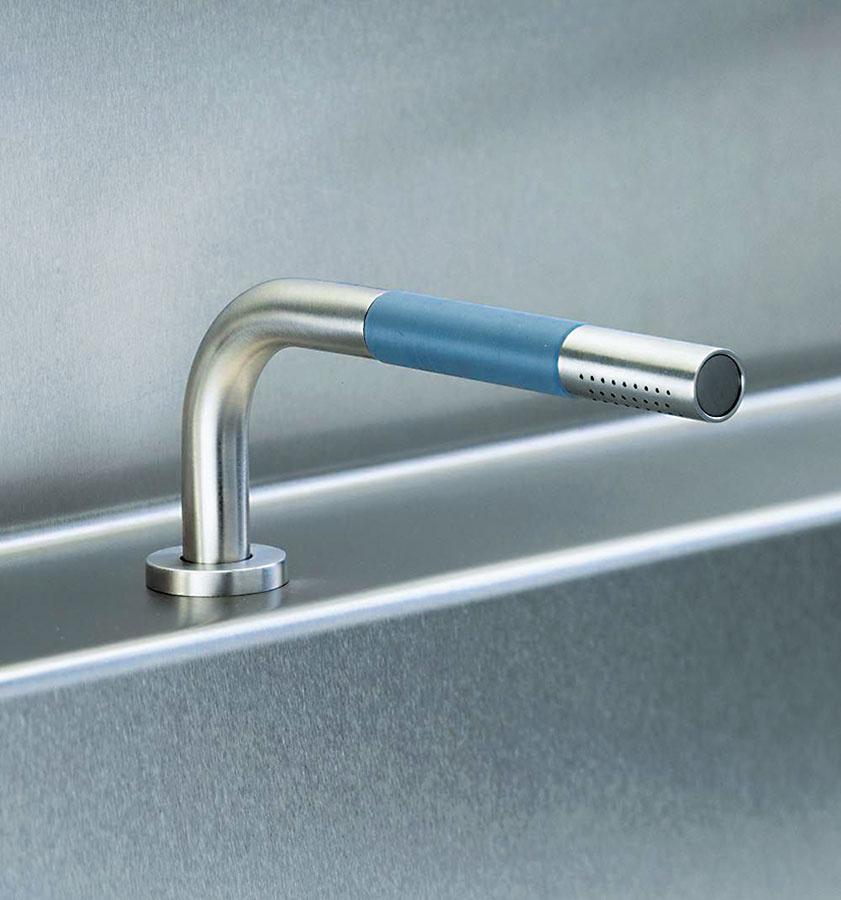 Škandinávskym dizajnom zaujme vaňová batéria Vola 90° z nehrdzavejúcej ocele, ktorá sa dobre drží v ruke. Umiestňuje sa na okraj vane, pričom sprchovací systém sa ukryje do prímurovky alebo na okraj vane do vopred pripravených otvorov, do ktorých sa batéria osadí. Predáva Aqua.art.