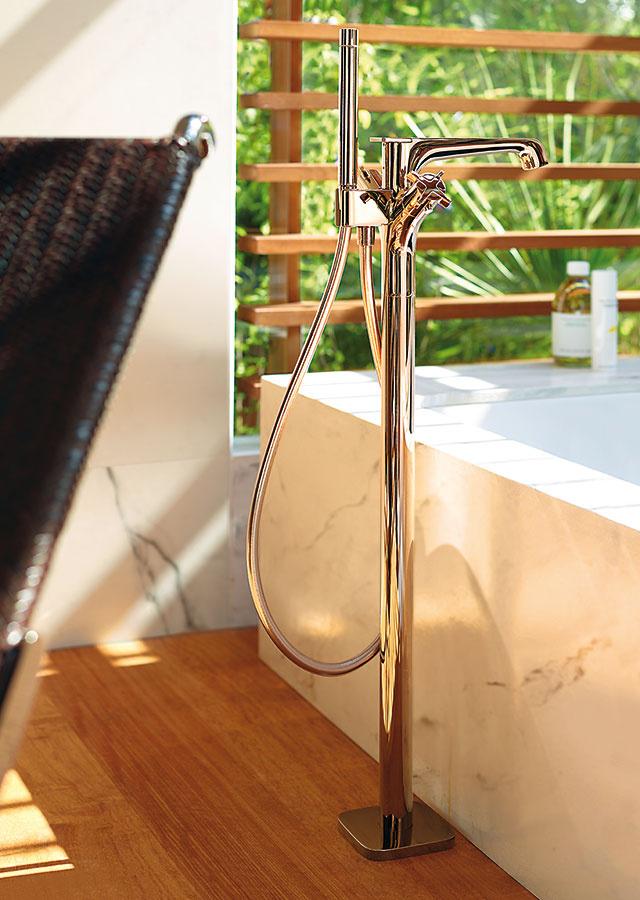 Vaňový termostat na podlahu Axor Citterio E je charakteristický elegantnými mäkkými tvarmi, presnými hranami iplochami. Dostupný je v15 povrchových úpravách.
