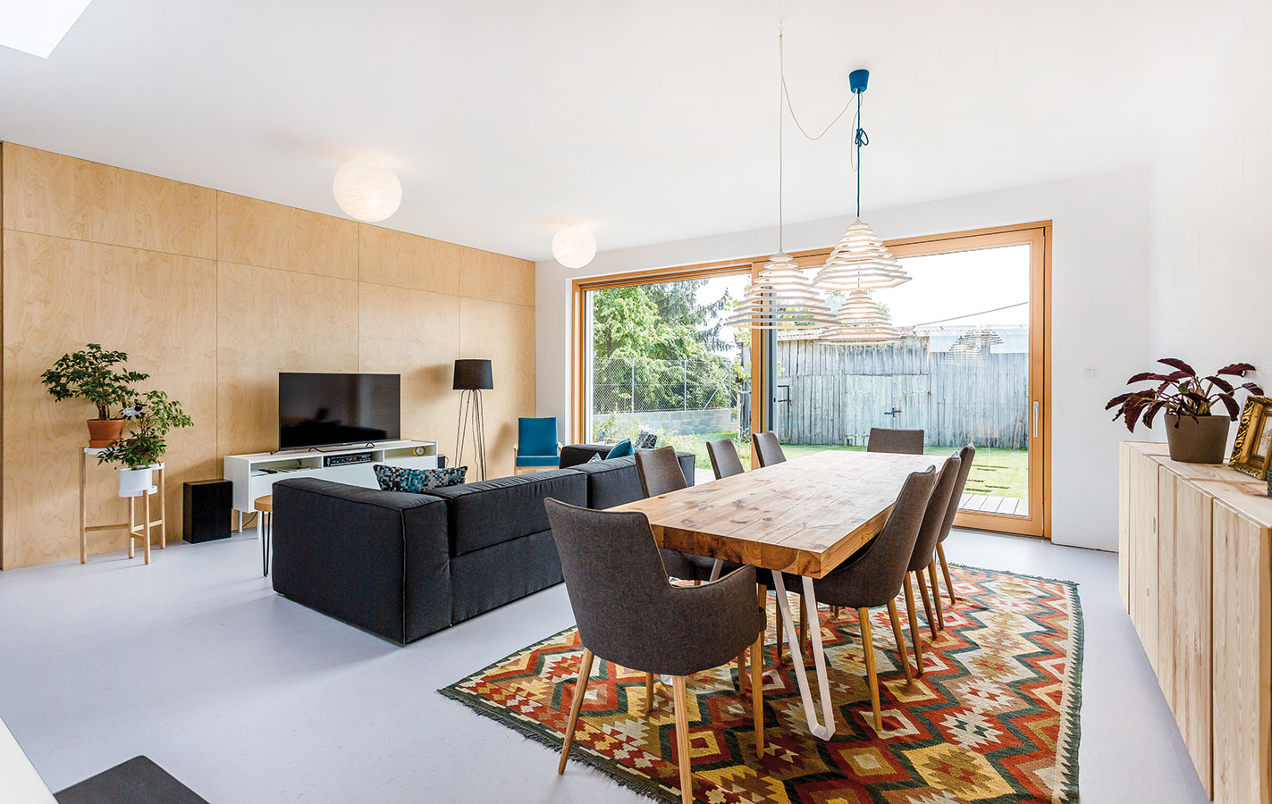 Podstatnú časť domu súžitkovou plochou 103 m2 zaberá otvorený spoločenský priestor.