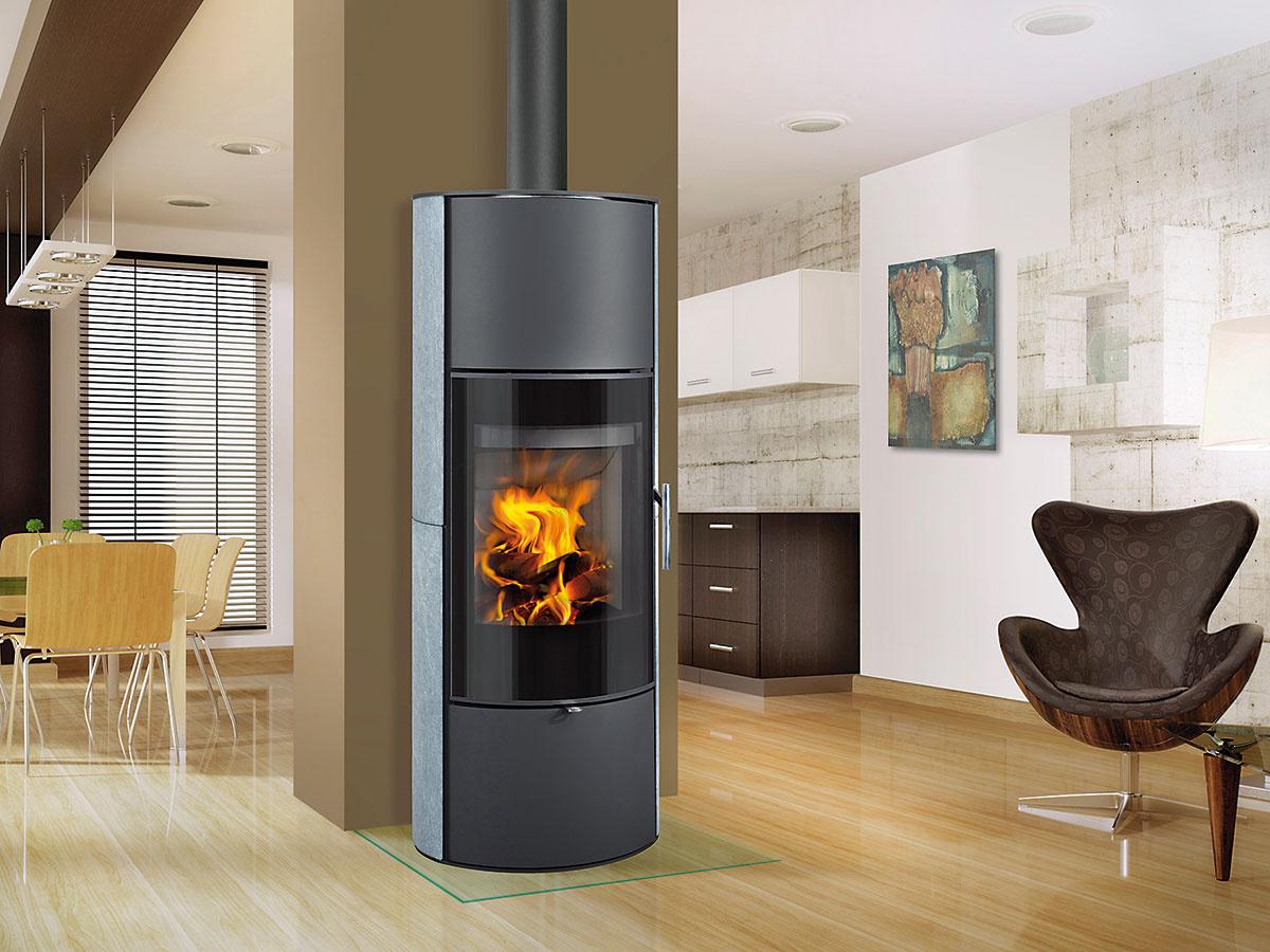 Štíhle a vytrvalé. Vysoké luxusné akumulačné kachle LAREDO AKUM majú obľúbený oválny tvar a schopnosť dlhodobo sálať teplo (nad ohnisko možno namontovať akumulačné prvky). Oblé sklo umožňuje pohľad do plameňov z rôznych uhlov a ostáva čisté vďaka predhrievaniu sekundárneho vzduchu. Sú vhodné aj do nízkoenergetických domov. Regulovateľný výkon 3 až 8 kW, účinnosť 80 %, Cena 1 260 € (akumulačné prvky za príplatok). Predáva Romotop.