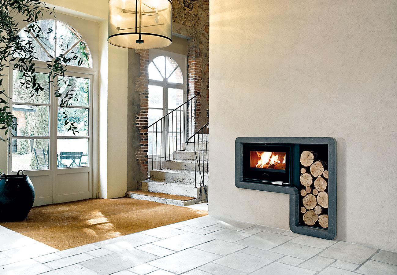 Zdravé teplo. Hypokaustový kozub svložkou Richard Le Droff – Palatium odovzdáva teplo výlučne sálavými stenami. Má veľmi dlhú tepelnú zotrvačnosť (10 – 12 h) aeliminuje prúdenie vzduchu, ktoré môže spôsobovať prašnosť. Táto alternatíva je preto veľmi vhodná nielen pre alergikov. Navyše, pri kozube stouto vložkou je údržba hračkou. Dodáva Storms.