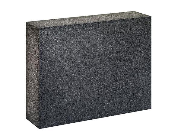 FOAMGLAS® T4+ alebo W+F, produkt firmy Pittsburgh Corning CZ, je izolácia zdoskového penového skla, ktorá neobsahuje žiadne látky poškodzujúce ozónovú vrstvu ani protipožiarne aditíva alebo spojivá. Je vhodná na odvetrané fasády, na všetky typy plochých striech alebo na zateplenie podláh. (www. azflex.sk)