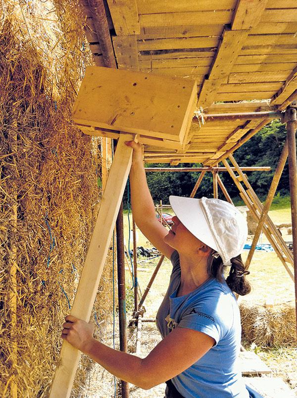 Slamené baly si stavitelia nechávajú pripraviť na požadované rozmery od regionálnych farmárov.