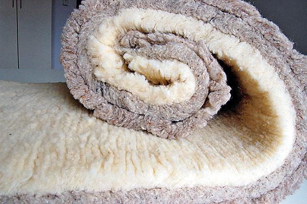 Izolácia z ovčej vlny odstraňuje najmä škodliviny používané v stavebníctve, zapáchajúce organické látky, škodlivé látky z náterov, látky z cigaretového dymu, nitrosaminy a styrény.