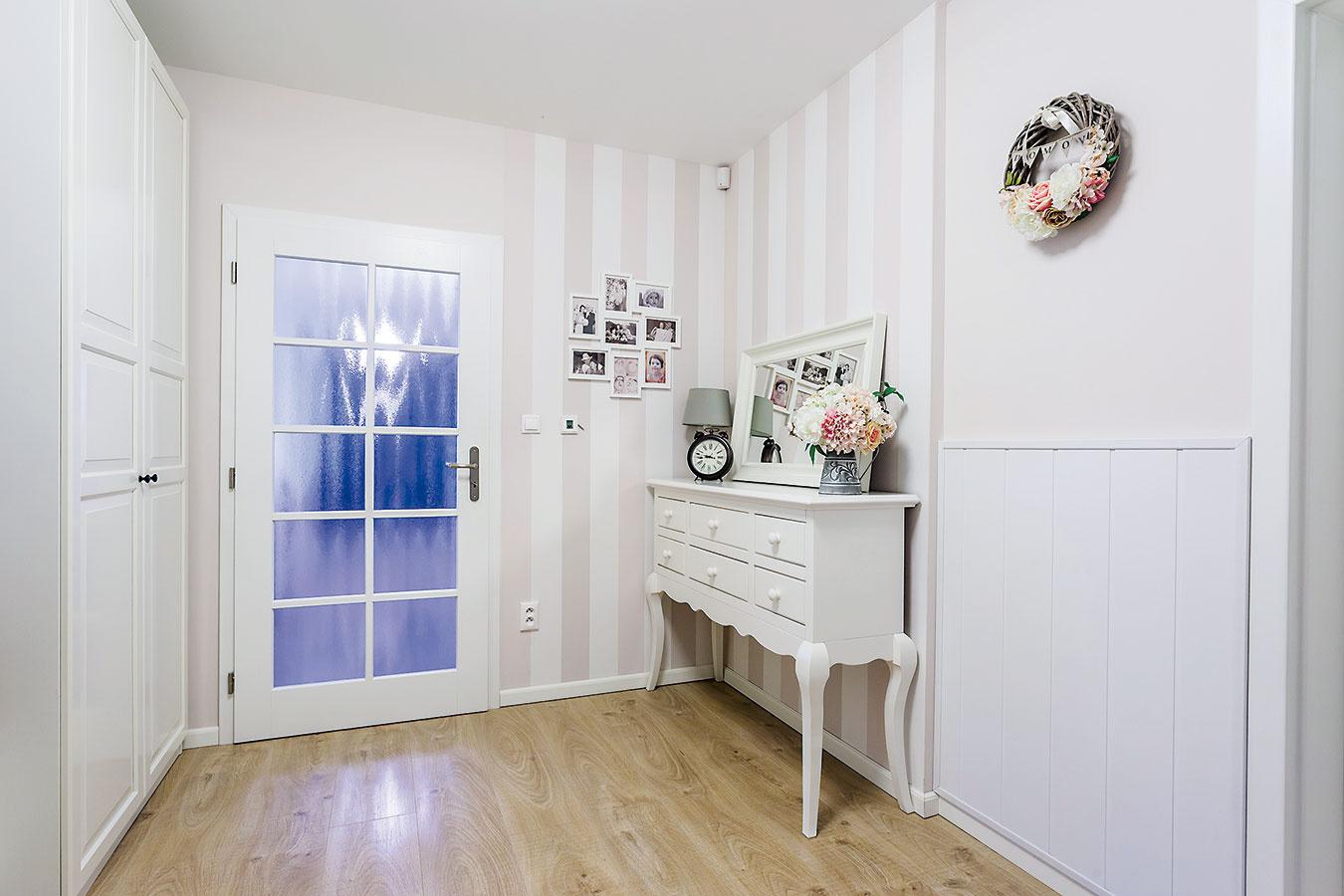 Jemnými pastelovými tónmi vintage štýlu víta dom svojich obyvateľov aj návštevy.