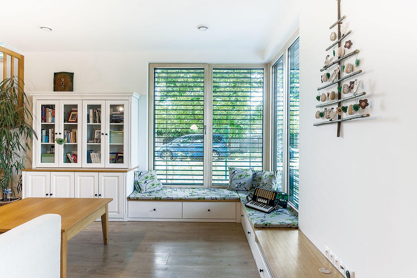 Vonkajšie žalúzie so širokými lamelami môžu byť vlete natočené vmiernom uhle tak, aby bol vdome dostatok svetla apritom sa interiér neprehrieval.