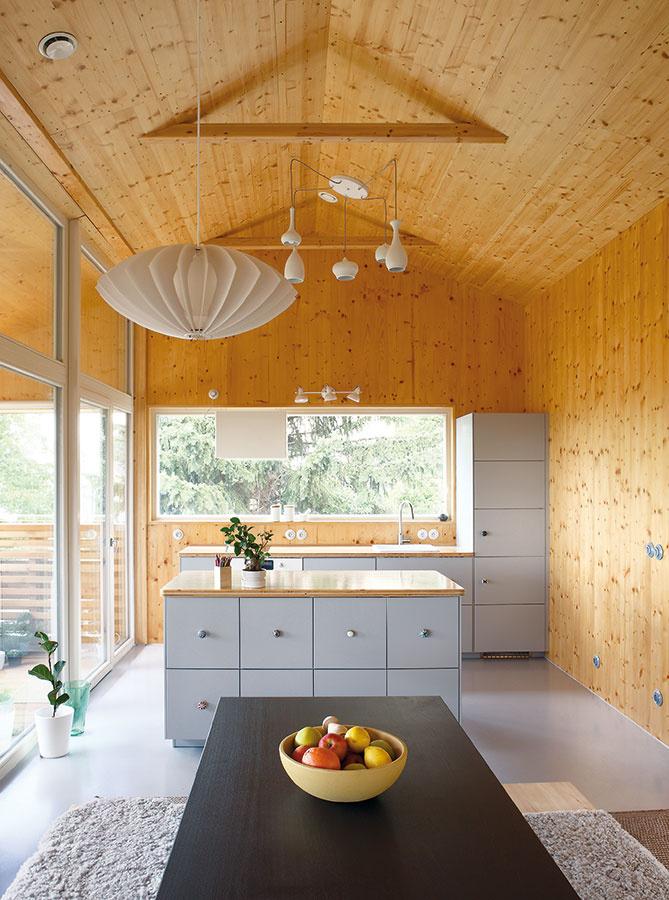 Zdravé vnútorné prostredie ajedinečná klíma sú popri svojskej atmosfére najväčšou devízou príbytkov zdreva. (Rodinný dom – drevostavba z CLT panelov Novatop od ateliéru Prodesi/Domesi.)