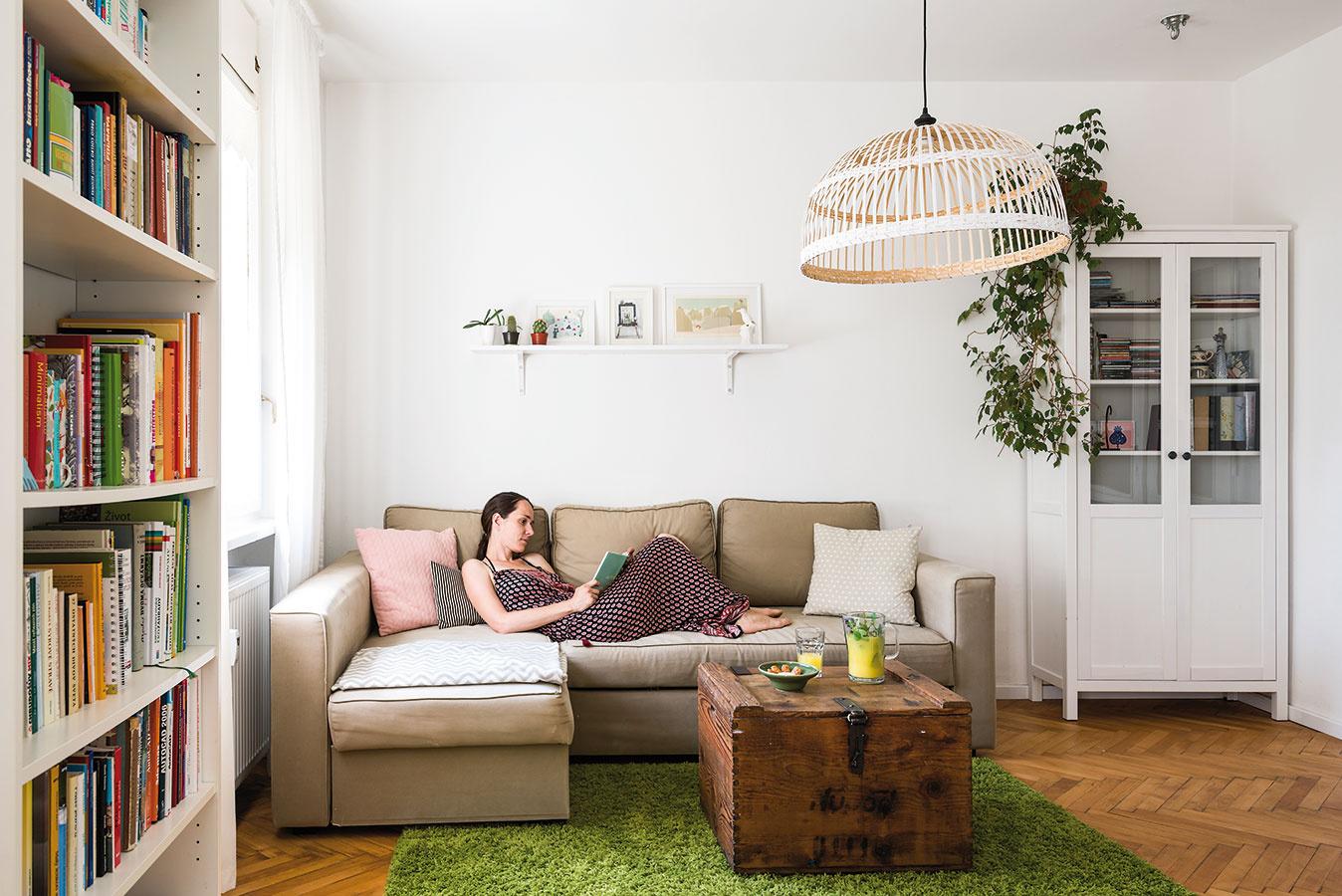 """Obývačku urobili znajmenšej miestnosti vbyte. """"Má veľa svetla, čo je podľa mňa vdennom priestore dôležité. Navyše sme ju mohli spojiť skuchyňou, čo je praktické, azároveň tak obývačka pôsobí väčším dojmom."""""""